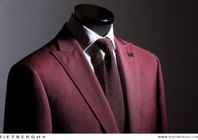 Een burgundy trouwpak van Rietbergh