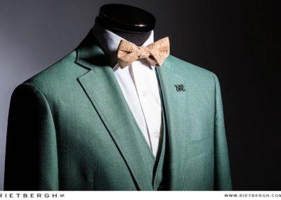 Een groen Rietbergh trouwpak met kurken strik