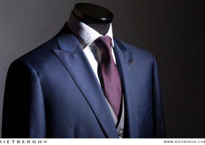 Een driedelig blauw trouwpak van Rietbergh
