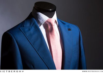 Een blauw trouwpak met peachdas