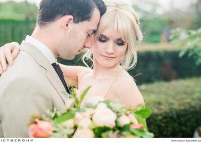 Alex in een beige trouwpak van Rietbergh