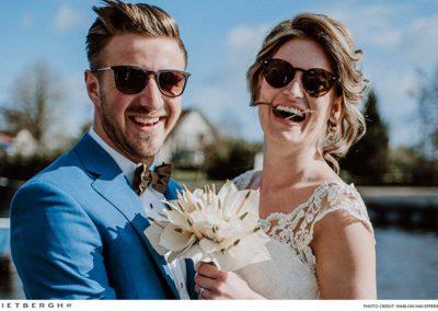 Een trouwpak met een unieke blauwe kleur