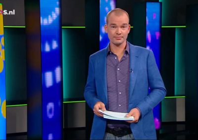 Joris Marseille Jeugdjournaal in een blauw maatpak van Rietbergh