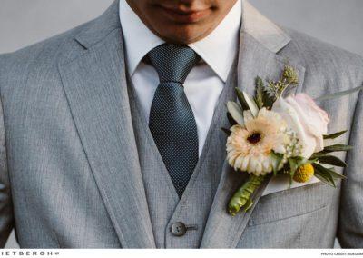 Nick in een grijs 3 delig pak