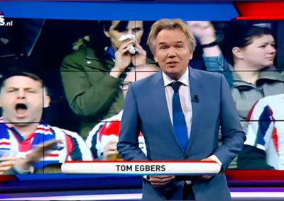 Tom Egbers in een blauw maatpak van Rietbergh