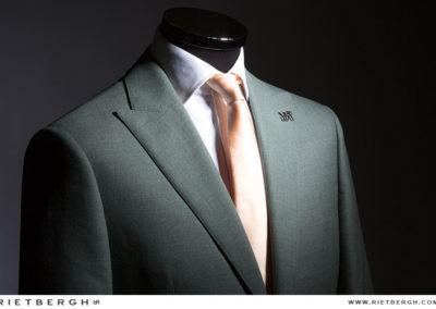 Groen trouwpak met een zijden das