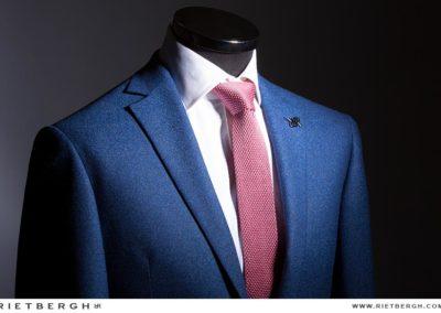 Blauw trouwpak met roze das